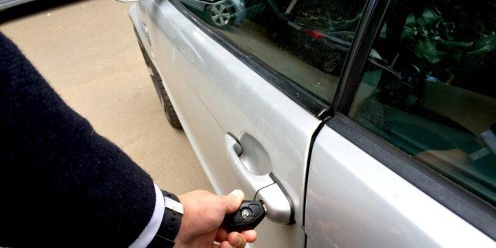 Как открыть замок двери автомобиля?